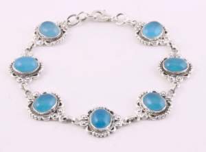 Bewerkte zilveren schakelarmband met blauwe chalcedoon